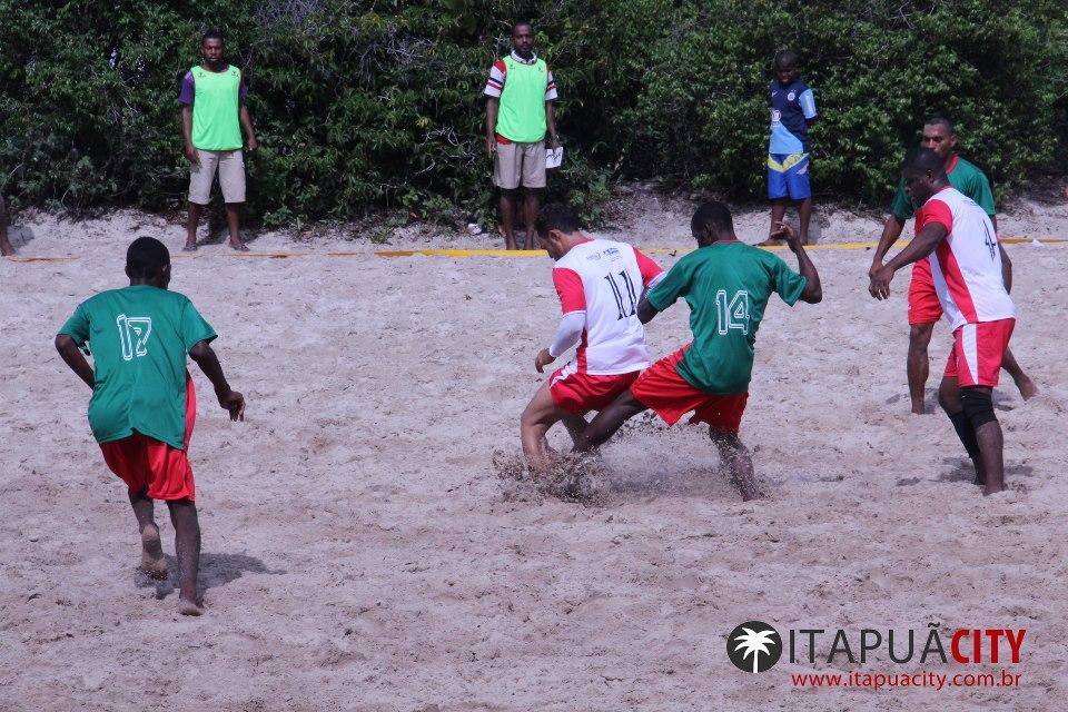 Campeonato de futebol de areia agita moradores de Itapuã