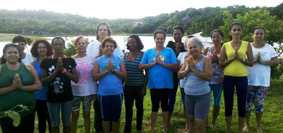 Moradores de Itapuã tem aula de Yoga gratuita no bairro