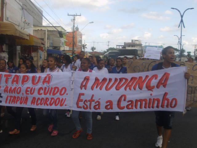 Integrantes do movimento Acorda Itapuã conversam com subprefeito do bairro