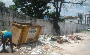 A solução para o lixo em Itapuã jogada no lixo