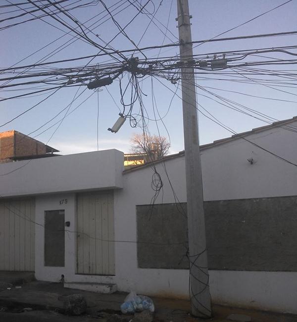 Poste com fiação solta coloca moradores de Itapuã em situação de risco