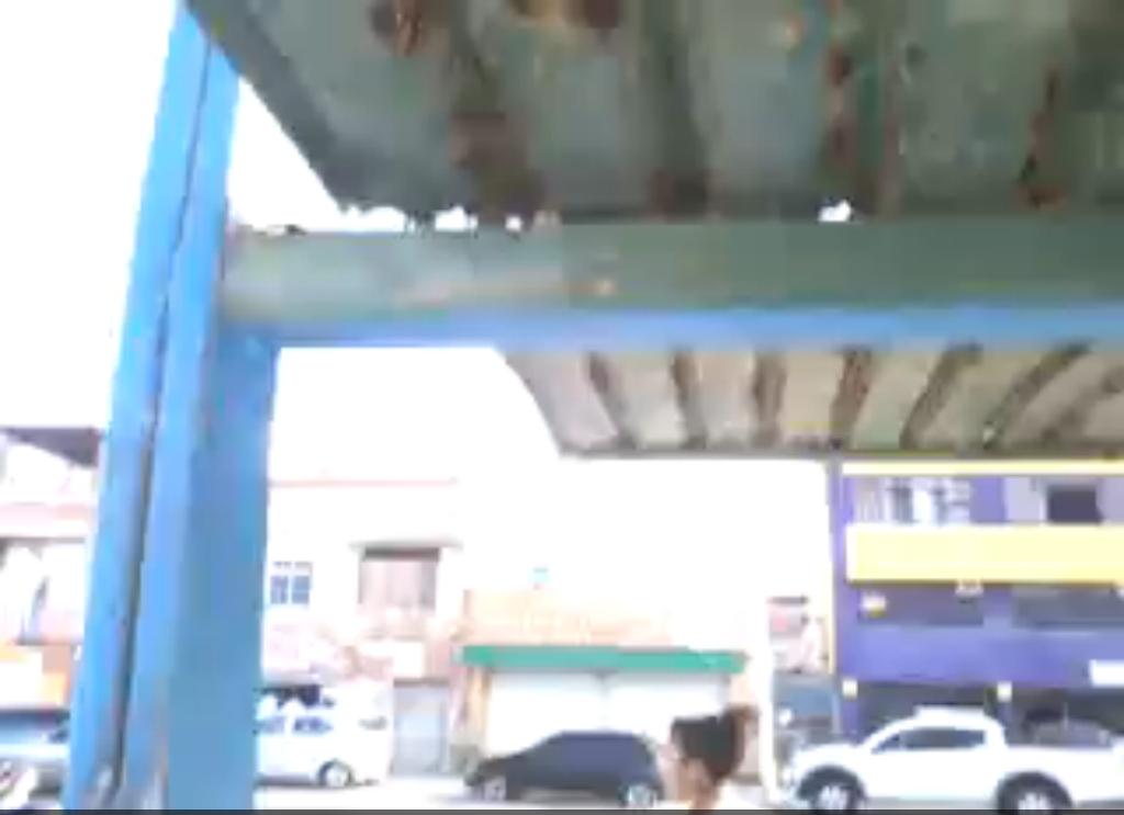 Internauta envia vídeo que denuncia perigo em ponto de ônibus de Itapuã