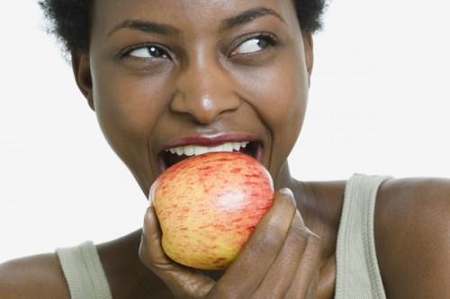 Conheça os alimentos que deixam os dentes mais brancos e fortes