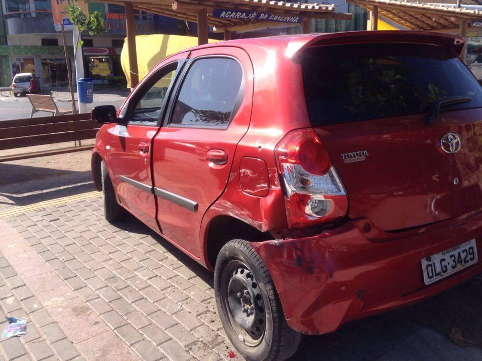 Policia Militar troca tiros com criminosos e recupera carro roubado em Itapuã
