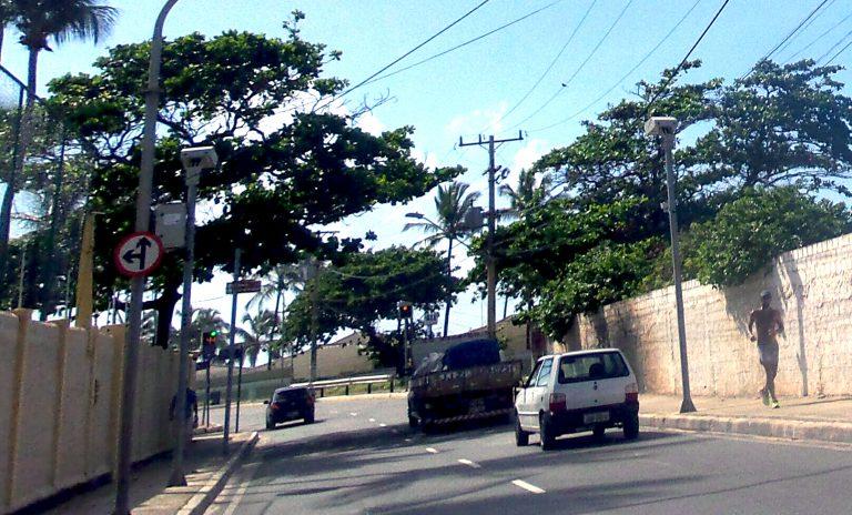 Novos radares em Itapuã deixam motoristas em alerta; velocidade máxima é de 40 km/h