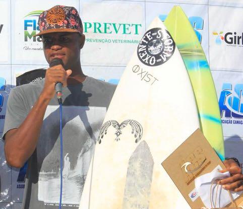 Jovem de Itapuã conquista campeonato baiano de surf e faz o bairro crescer ainda mais no cenário desportivo