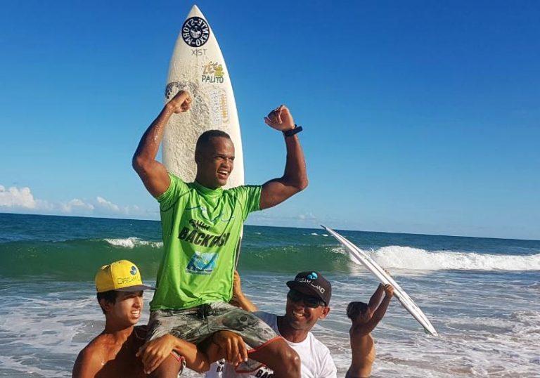 Itapuã no pódio: Jadson Santana vence largada do Campeonato Baiano de Surf