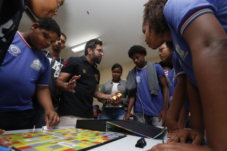 Jogo educativo sobre controle social é apresentado a estudantes em Itapuã