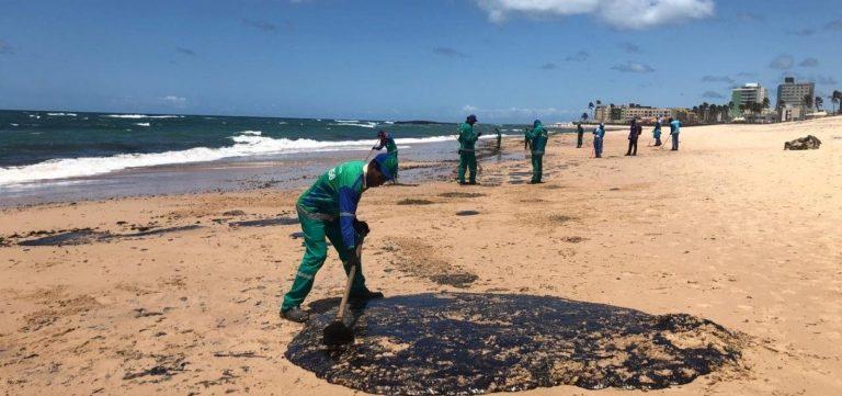 Mutirão para retirada das manchas de óleo na Praia de Itapuã acontece nesse domingo (20)