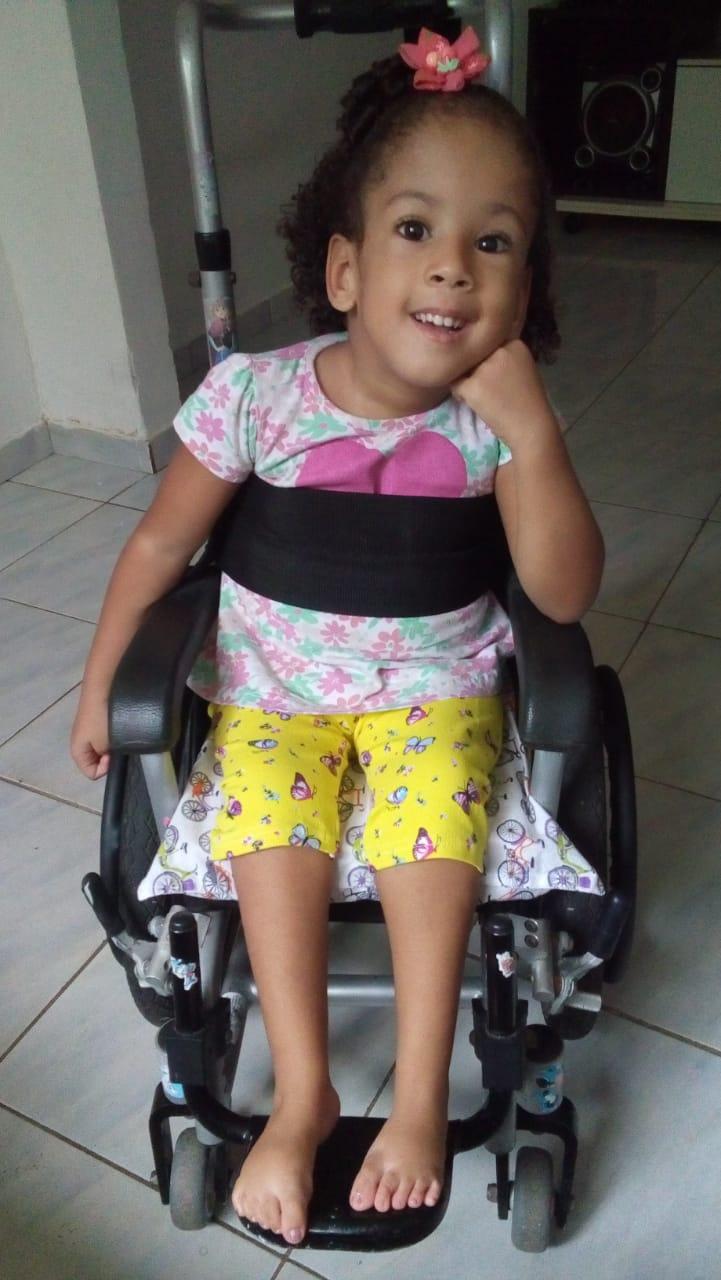 Moradora de Itapuã faz campanha para conseguir cadeira de banho para a filha; colabore