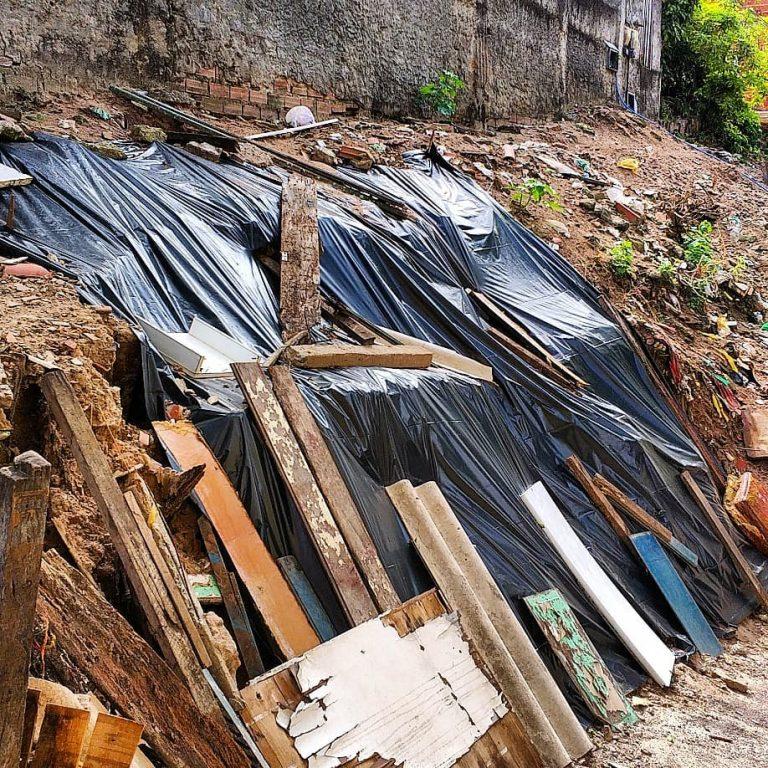 Barranco desaba em Itapuã e moradores se preocupam com previsão de chuvas; veja o vídeo