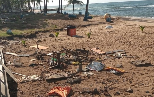 Prefeitura retira barracas da praia de Itapuã