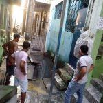 Moradores da Rua Álvaro Baqueiro, em Itapuã, reclamam de alagamentos, esgoto a céu aberto e muriçocas