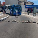 Ambulantes fecham via em Itapuã para protestar por proibição de vendas na praia